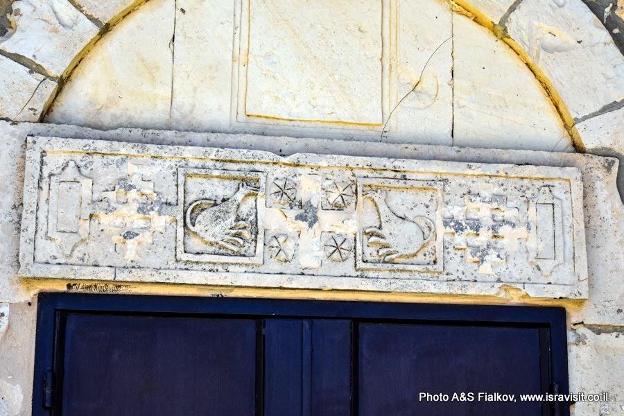 Архитектурный фрагмент Маронитской церкви в национальном парке Барам. Экскурсия в Галилее.