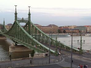 Photo: Most Svobody. Most vede přes řeku Dunaj v Budapešti. Nalézá se mezi Alžbětiným mostem a Petöfiho mostem. Postaven byl mezi roky 1894 a 1896. Původně nesl jméno Františka Josefa I., za jeho osobní přítomnosti byl také otevřen.