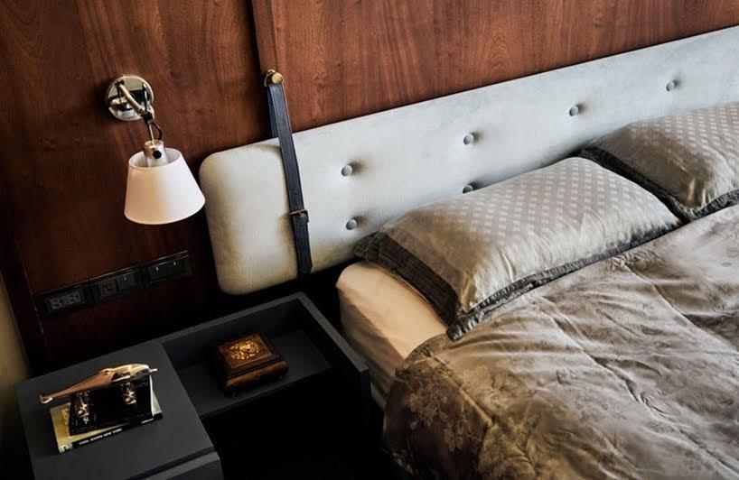 Arcos de madera y acentos de color turquesa destacan en todo el interior de este apartamento