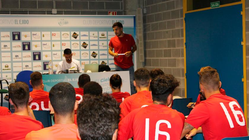 Villalobos expone a los jugadores celestes las nuevas normas.