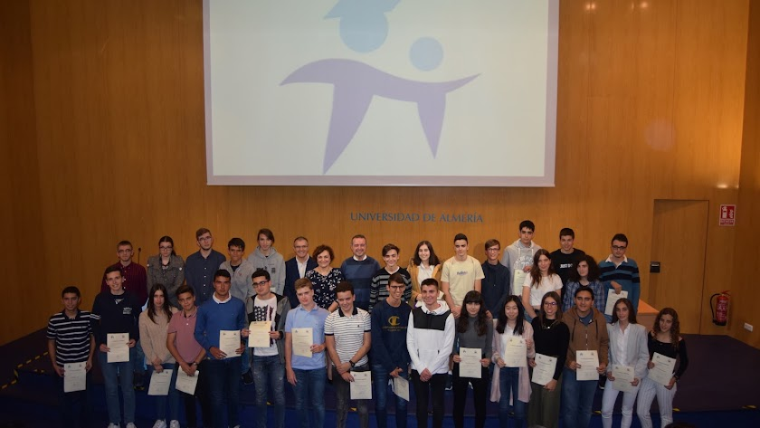 Los estudiantes premiados por IndalMat tras finalizar el acto en la UAL.