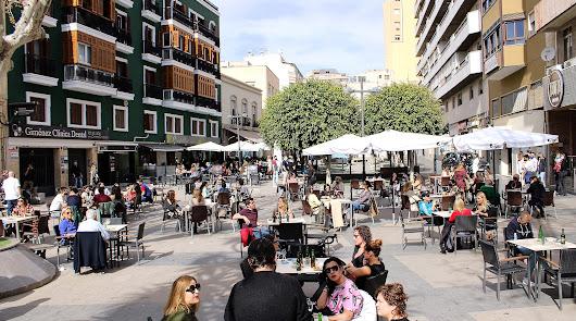 Almería se echa a la calle el primer día de reapertura de bares y comercios