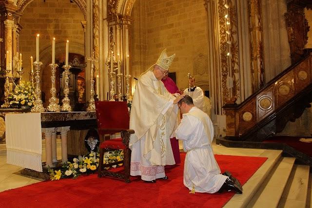 El obispo impone sus manos al nuevo prebítero.