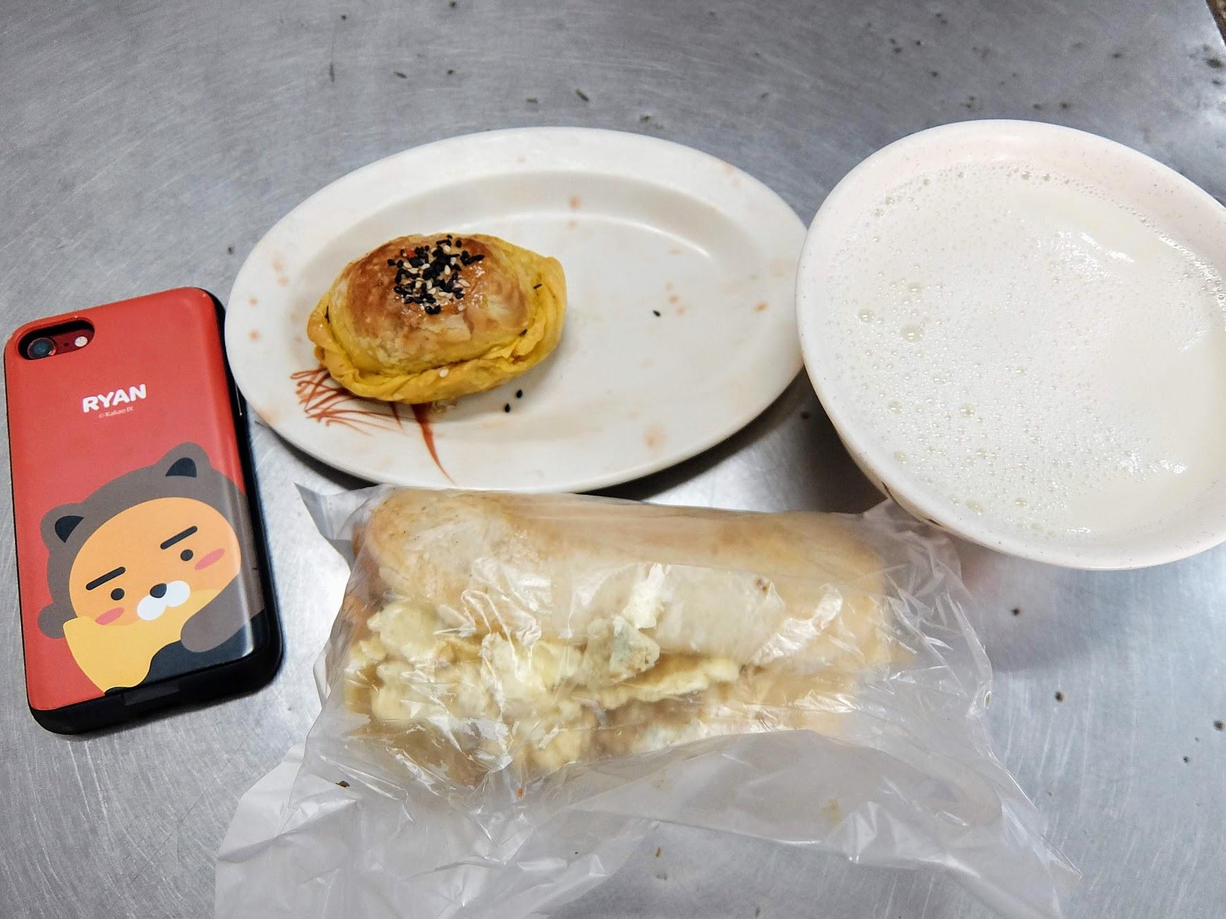 燒餅夾蛋菜+咖哩餃+豆漿,這樣一套下來早餐就很飽足了