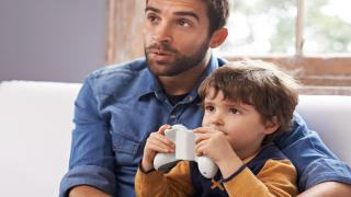 un niño y un hombre mirando con atención