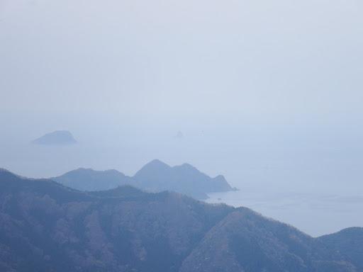 遠くに釣鐘岩(小島)