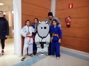 Photo: Arrasate judo eta Aretxabaletako Desoreka judo kluba Durangoko txapelketan 2015/02/28. Markel Urrutia klubeko arduradun teknikoa pozik ikasleek lortutako errendimenduarekin.