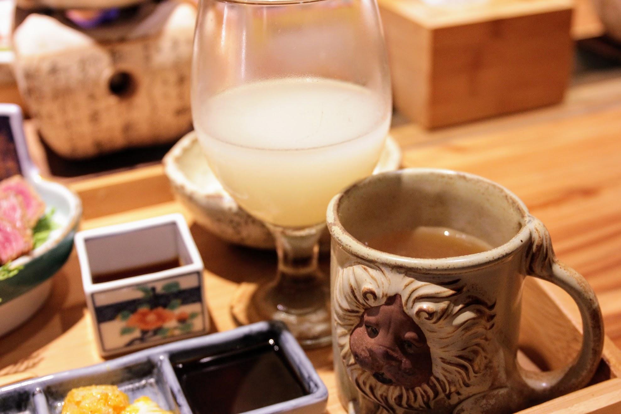 飲料是可爾必思,還有一杯熱茶,上頭有生菜,也有給柚子醬淋上來搭肉片吃...生菜其實不多,還好可以一直續加