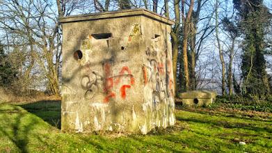 Photo: Zwei Bunkerrelikte zwischen Sportplatz und Sunderweg.