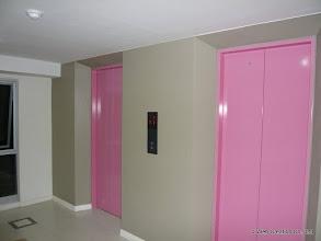 Photo: 1階のロビーにあるエレベーターもカラー統一されています。