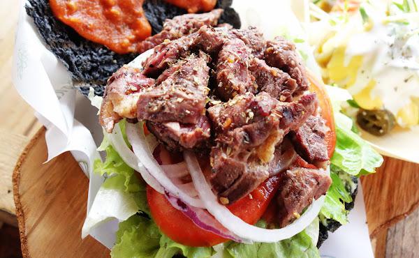 木 漢堡。原木炭烤漢堡聚落 啦阿魯哇原住民的大口吃肉不一樣的大漢堡 偏遠地帶歐嚕嚕的黑漢堡!!