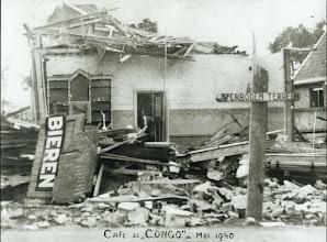 Photo: 1940 Café-restaurant De Congo; oorlogsschade na bombardement op 1e pinksterdag tijdens de Tweede Wereldoorlog terwijl Franse militairen en Bredase vluchtelingen op weg waren