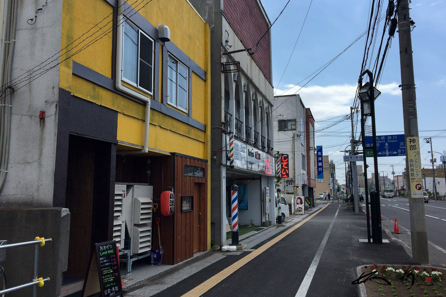 お隣は理容院「MRM」、道路沿いのお店