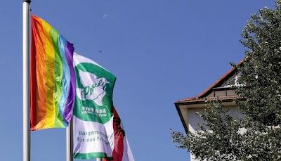 Drei Flaggen an Masten.