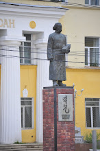 Photo: Ulan Bator : les statues sont typiquement communistes. Longtemps celui-ci a tenté d'imposer les héros de la révolution russe, au détriment de la tradition mongole. Résultat : les statues sont devenues... mongoles ! On n'efface pas du jour au lendemain la mémoire d'un peuple.