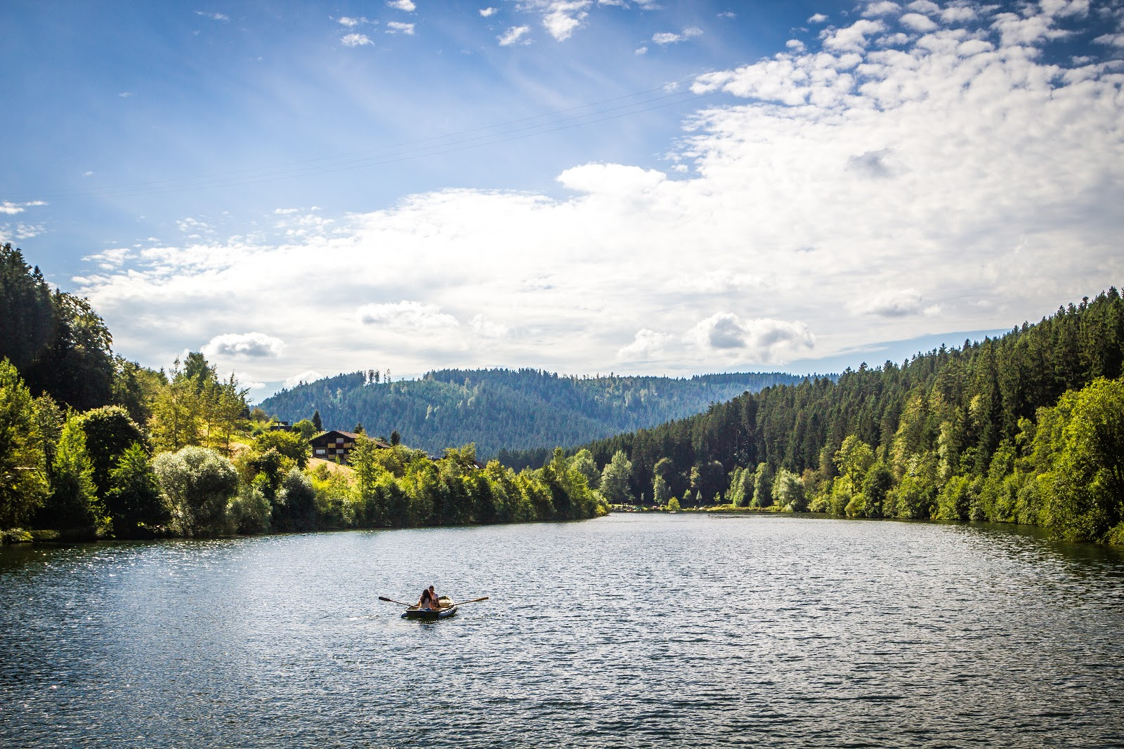 Inmitten schönster Schwarzwaldnatur liegt der Stausee Erzgrube, auf dem hier ein Paddelboot unterwegs ist