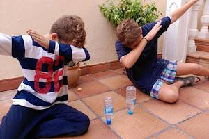 La botella Challenge o voladora el juego de moda que entusiasma a los ni�os y agobia a los padres