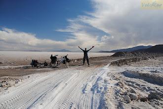 Photo: Около 80км мы, участники 3-х месячного велопохода по Южной Америке, ехали по соли. Это высохшее озеро, создавшее самую большую соляную пустыню мира – Салар де Уюни. Она находится на высоте почти 4тыс.метров. Тут ощущаешь и разреженность воздуха, и приближенность к солнцу, и абсолютную изоляцию от людей и какой бы то ни было цивилизации. И на собственном опыте узнаешь что такое миражи. Как бы там ни было, опыт необычайно интересный. Но ощутив, что земля под ногами уже не соленая, мы обрадовались смене пейзажа. На фото дорога из соли переходит в грунтовую.  Место съемки: высокогорное плато Альтиплано, Южная Америка Поездка: велоэкспедиция по Южной Америке Автор: Мария Завирюхина