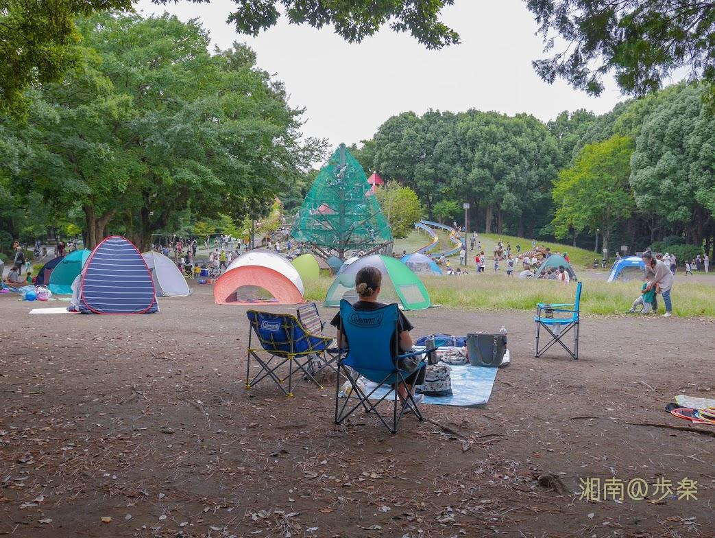 平塚市総合公園 わんぱく広場前 林立するポップアップテントに異議! 大型ドームを立てるべきだ