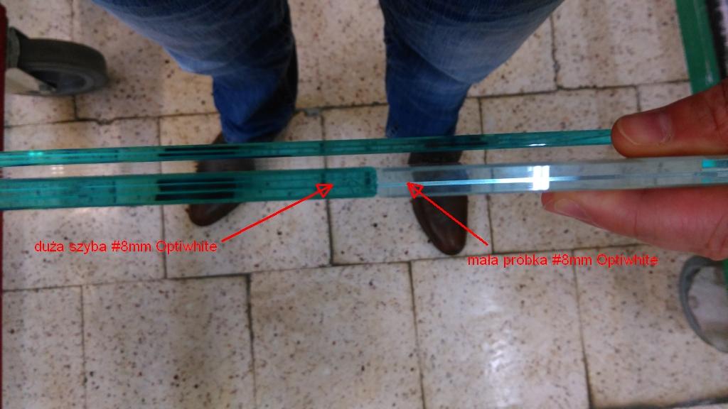 porownanie szkla optiwhite duza tafla  z optiwhie mała probka.jpg