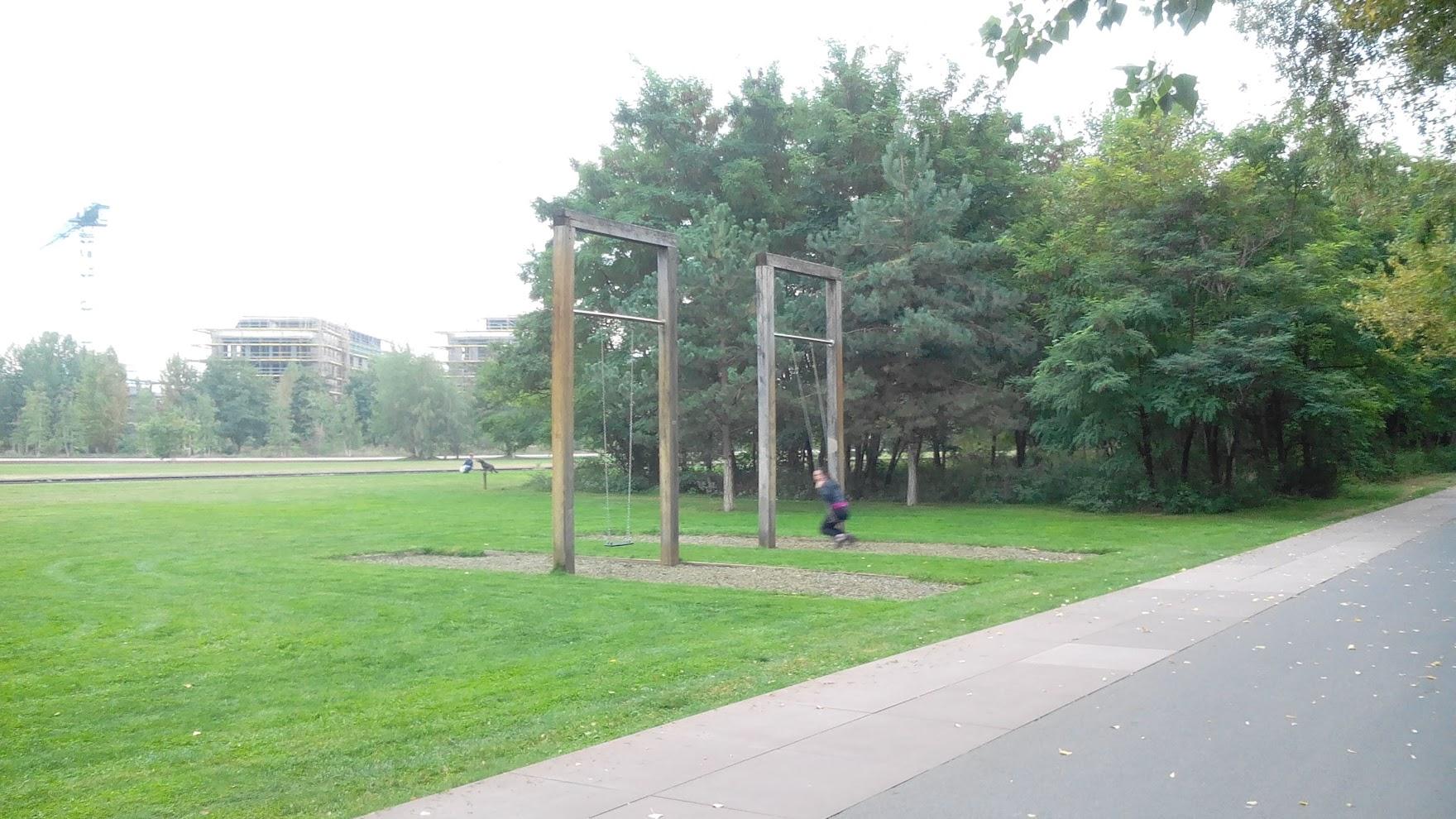 Качели в парке