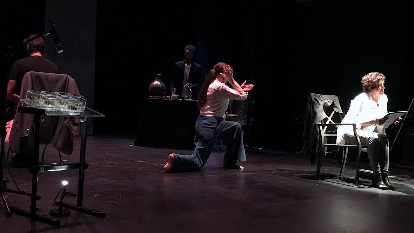 Danza, teatro y música fusionados en el escenario.