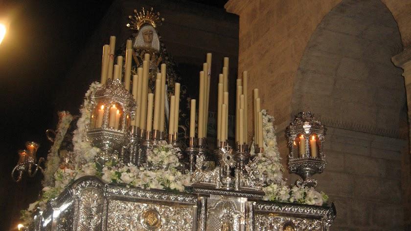 La Soledad, ante el templo.