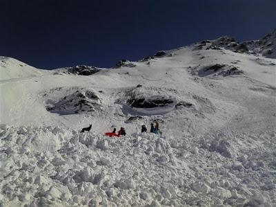 les-debris-de-l-avalanche-qui-a-balaye-hier-la-face-nord-ouest-de-la-pointe-de-l-argentiere-3-053.jpg height=299 width=400