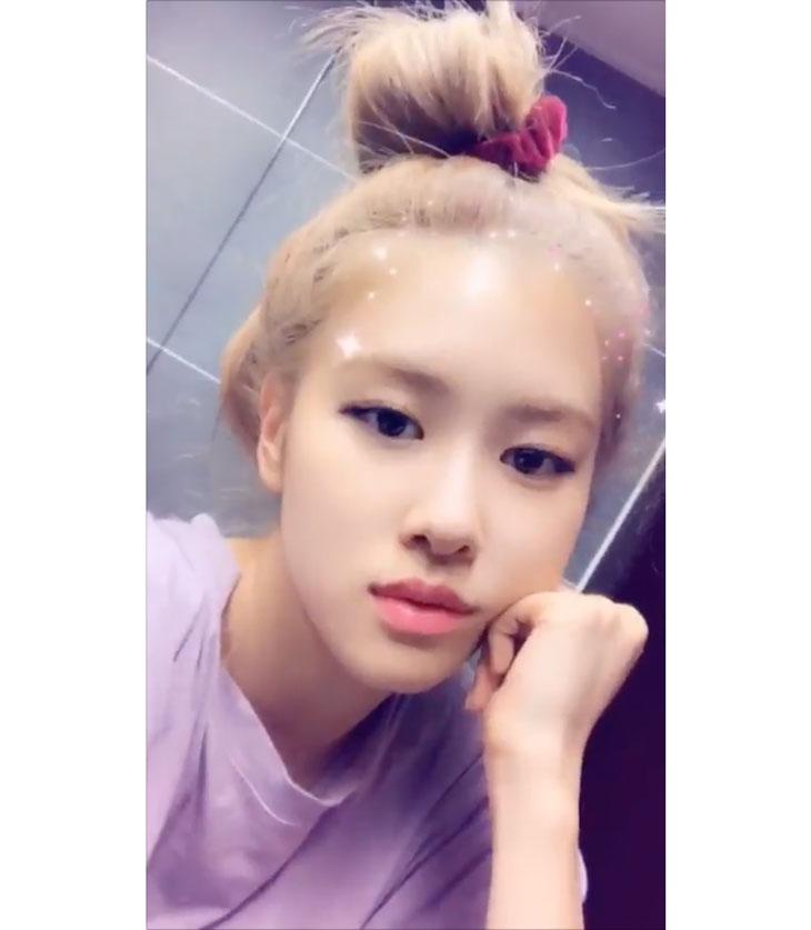blackpink-rose-messy-bun-hairstyle