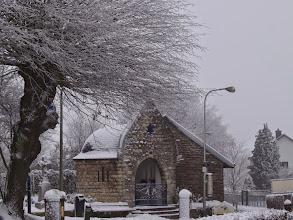 Photo: de kapel aan de overkant van de kruising