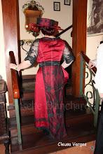 Photo: Vestido Eduardiano vermelho e preto em musseline sanjan vermelho, cetim brocado preto e renda importada preta.  Site: http://www.josetteblanchard.com/  Facebook: https://www.facebook.com/JosetteBlanchardCorsets/  Email: josetteblanchardcorsets@gmail.com josetteblanchardcorsets@hotmail.com