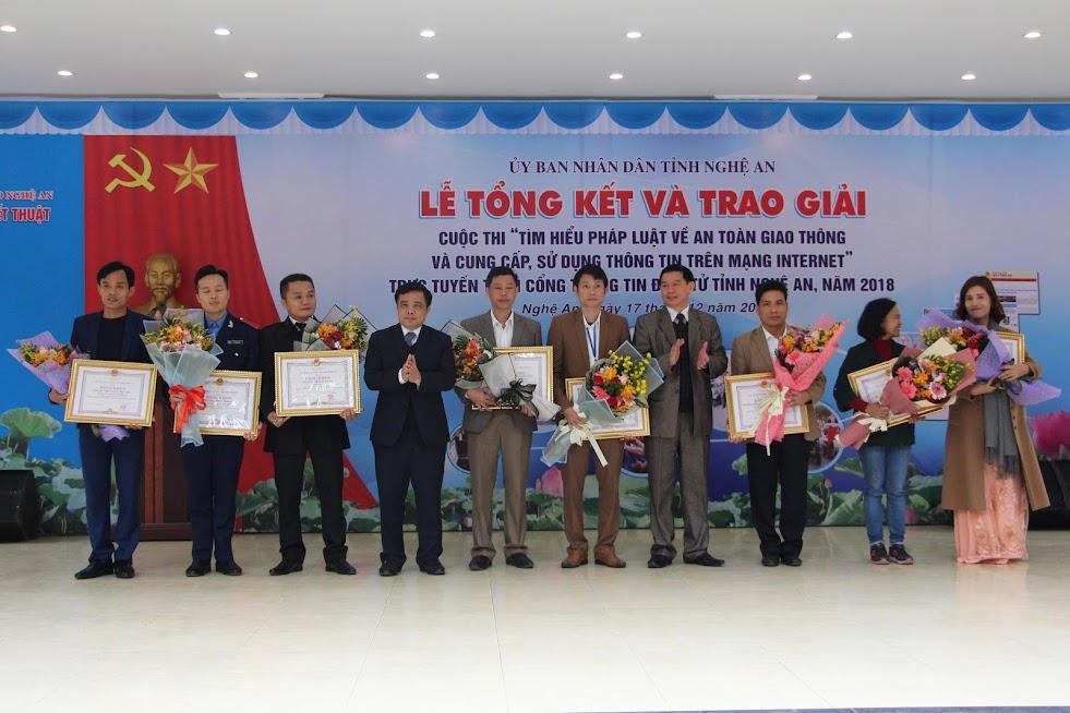 Đồng chí Huỳnh Thanh Điền, Phó Chủ tịch UBND tỉnh trao giải các tập thể, cá nhân có thành tích xuất sắc tại Cuộc thi