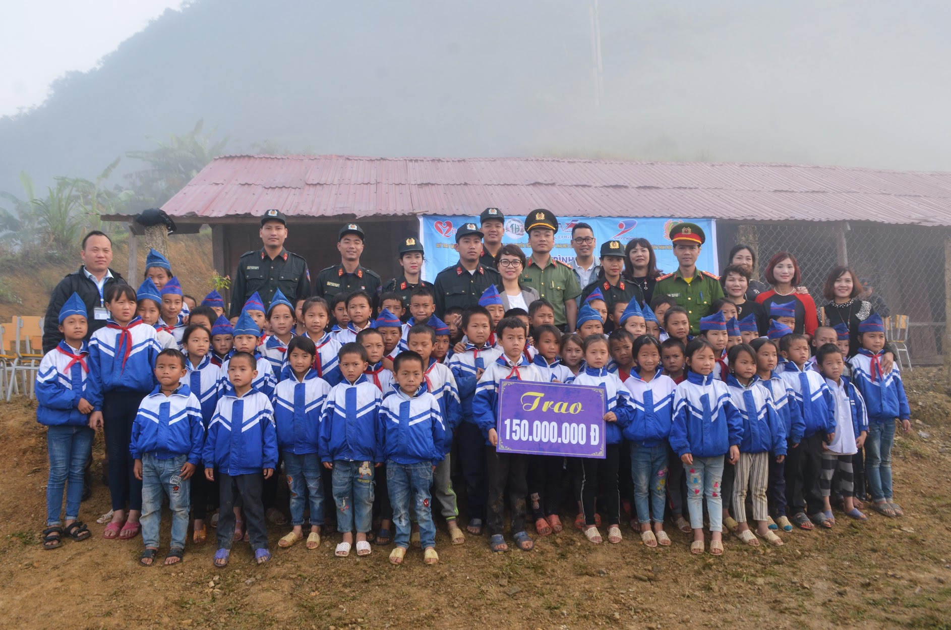 Đoàn công tác chụp ảnh lưu niệm cùng giáo viên và học sinh tại nhà trường
