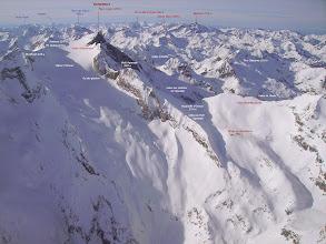 Photo: Hautes Pyrénées au sud de Cauteret et à l'ouest de Gavarnie: vision aérienne sur la face Est du Vignemale couverte par le Glacier d'Ossoue.