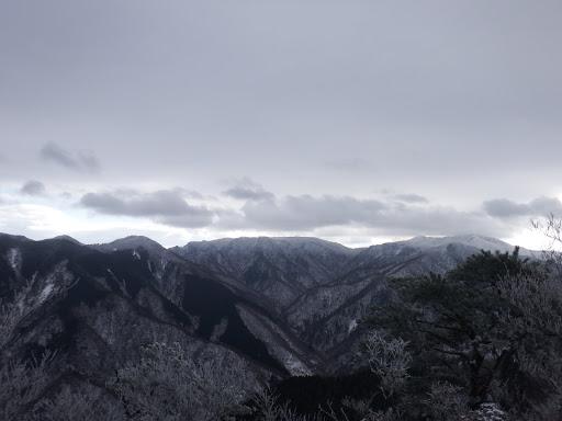 展望地から雨乞岳(右)、イブネ(中央)、水舟ノ頭(左)など