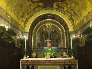 Photo: It.s2C52-141013Cassino, Abbaye, crypte basilique-cathédrale, célébrant à l'autel, abside  IMG_6546