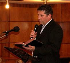 Photo: Weller István vezető presbiter jelképesen átnyújtja a Gyülekezet Bibliáját
