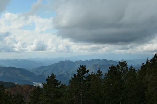 中央手前に高天良山