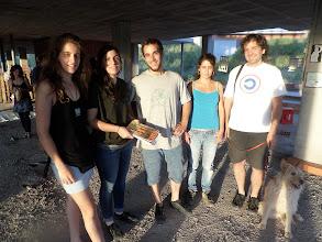 Photo: El primer relleu de la Sonda: de l'equip Activem els Buits passa a l'artista Berni Puig, durant l'esposició AMB OBRES en un dels milers d'espais buits de Manresa.
