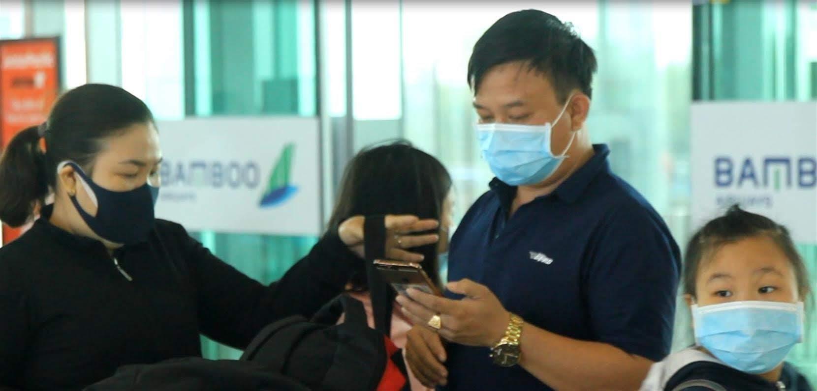 Vì đang trong mùa dịch nên hầu hết các hành khách đều hạn chế nói chuyện, trao đổi.