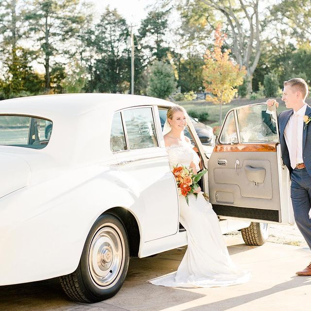 Why were we craving sweet tea??  We've lived in the south and we love all things southern BUT we've never been huge fans of sweet tea!! So what's with the craving??  Because sweet tea is now our go-to drink at weddings !!😂 We had it once and not only was it refreshing but that caffeine is needed at the end of the day!! And now it's just tradition 😉   After this gorgeous styled shoot on Tuesday we were feeling those wedding vibes and craving some sweet tea😂😍  Anyone else??