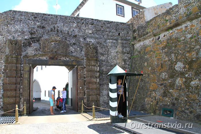 Старинный форт в столице Сан Мигель, Азорские острова