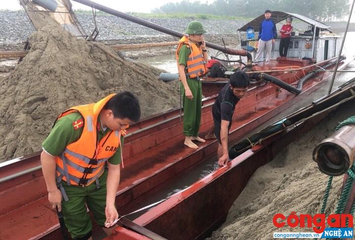 Thời gian qua, Phòng Cảnh sát Môi trường thường xuyên tăng cường kiểm tra, kịp thời phát hiện, bắt giữ, xử lý các phương tiện khai thác cát, sỏi trái phép trên các tuyến sông