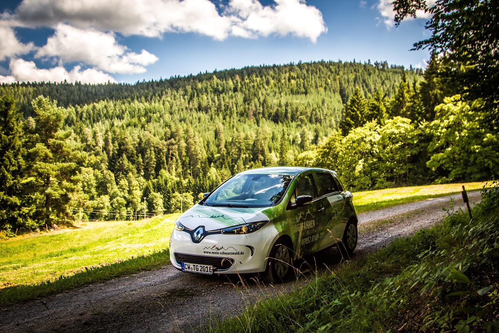 Das Elektroauto bringt Sie durch die wunderschöne Schwarzwald-Natur.