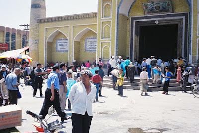 旧市街のモスクに集まる人々
