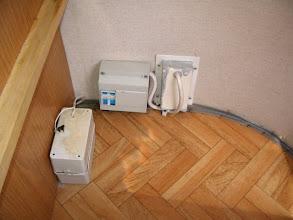 Photo: En la actualidad, la bomba del agua va con dos pilas de 6Voltios (caja de la izquierda) y al fondo, un térmico para la instalación de 220 V