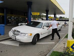 Photo: Rou5Ins423-151004voiture super longue et son chauffeur, VatraDornei, arrêt TK, station service IMG_9190