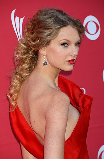 Taylor-Swift-Gorgeous-Hairstyle-Prom-Ideas