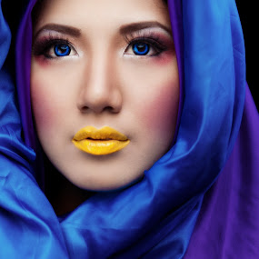 smile of beauty by Norman Fotograf - People Portraits of Women ( potrait, blue, cooling, beauty, yellow )