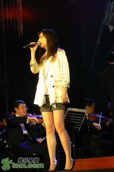 """19.01.2009: Lễ hội âm nhạc điện ảnh Tân Xuân 2009: Triệu Vy thể hiện """"Họa Tâm"""""""